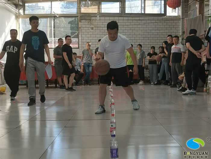籃球障礙接力賽  小伙伴們拼盡全力,為了團隊的榮譽。