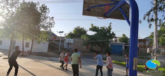 跟當地小朋友打一場大汗淋漓的籃球賽